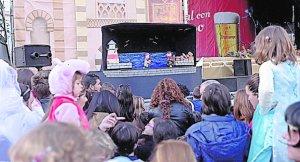 El espectáculo de títeres atrae a un centenar de niños gaditanos