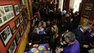 La II Anchoada Popular llena la peña El Quini y la calle San Félix