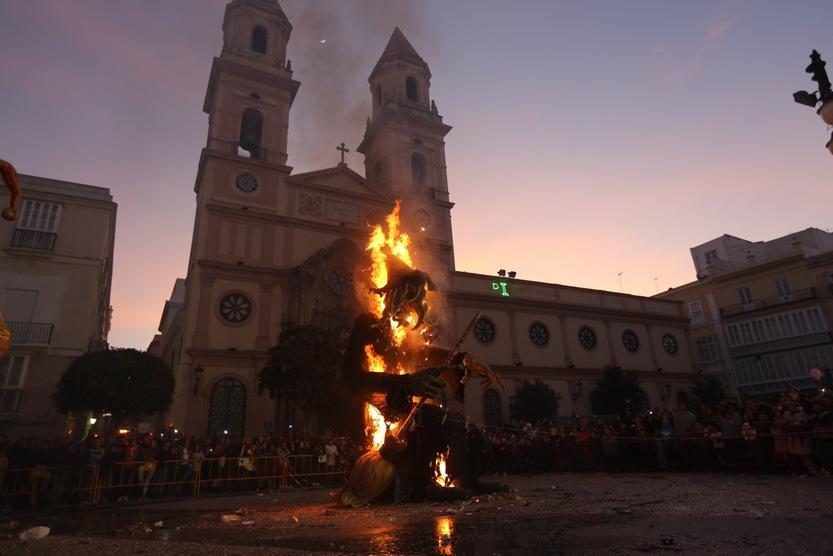 La Bruja Piti y el Dios Momo arden y marcan el final del Carnaval 2015
