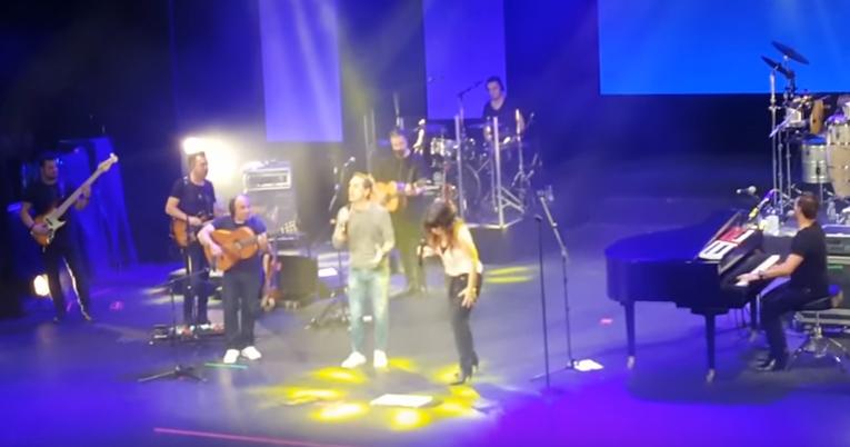 Carli Brihuega canta en concierto con Vanesa Martín