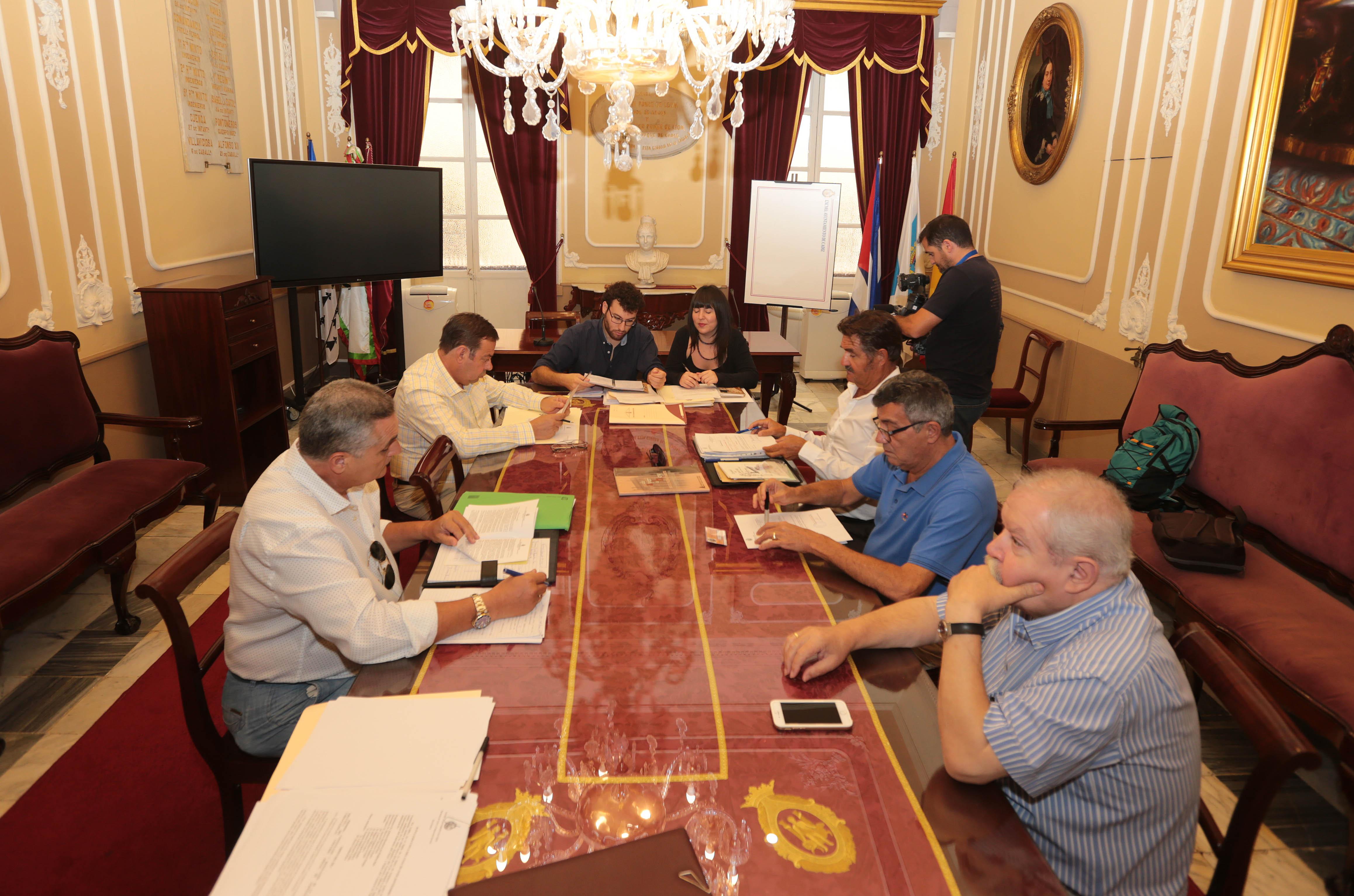 El criterio político se impone en la organización del COAC