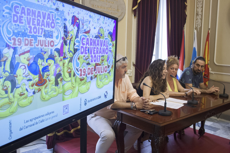 Carnaval para sofocar el calor en las calles de Cádiz