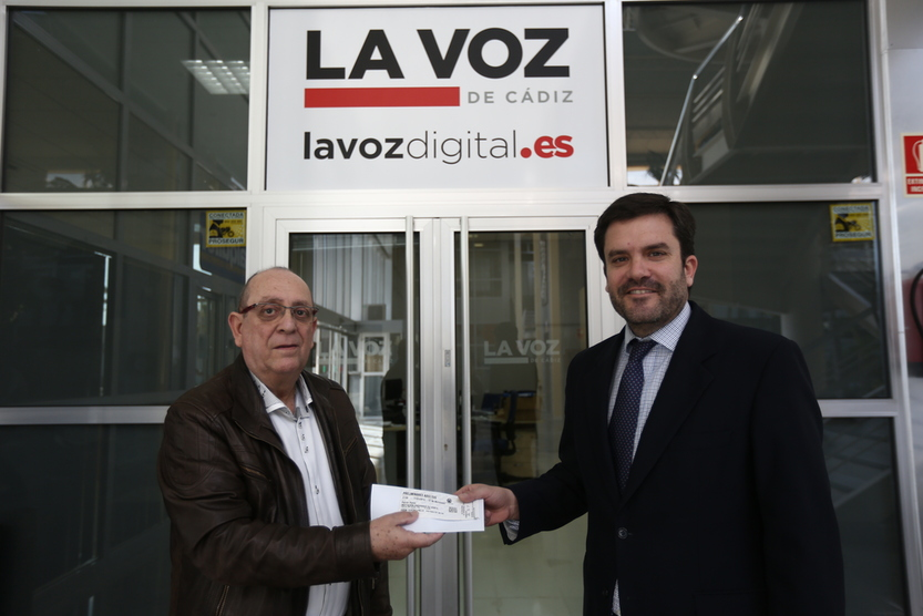 El ganador del palco para la sesión de Juan Carlos Aragón y Tino Tovar recoge sus entradas en La Voz