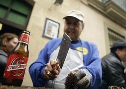 Pestiños, erizos y ostiones dan la bienvenida al Carnaval de Cádiz
