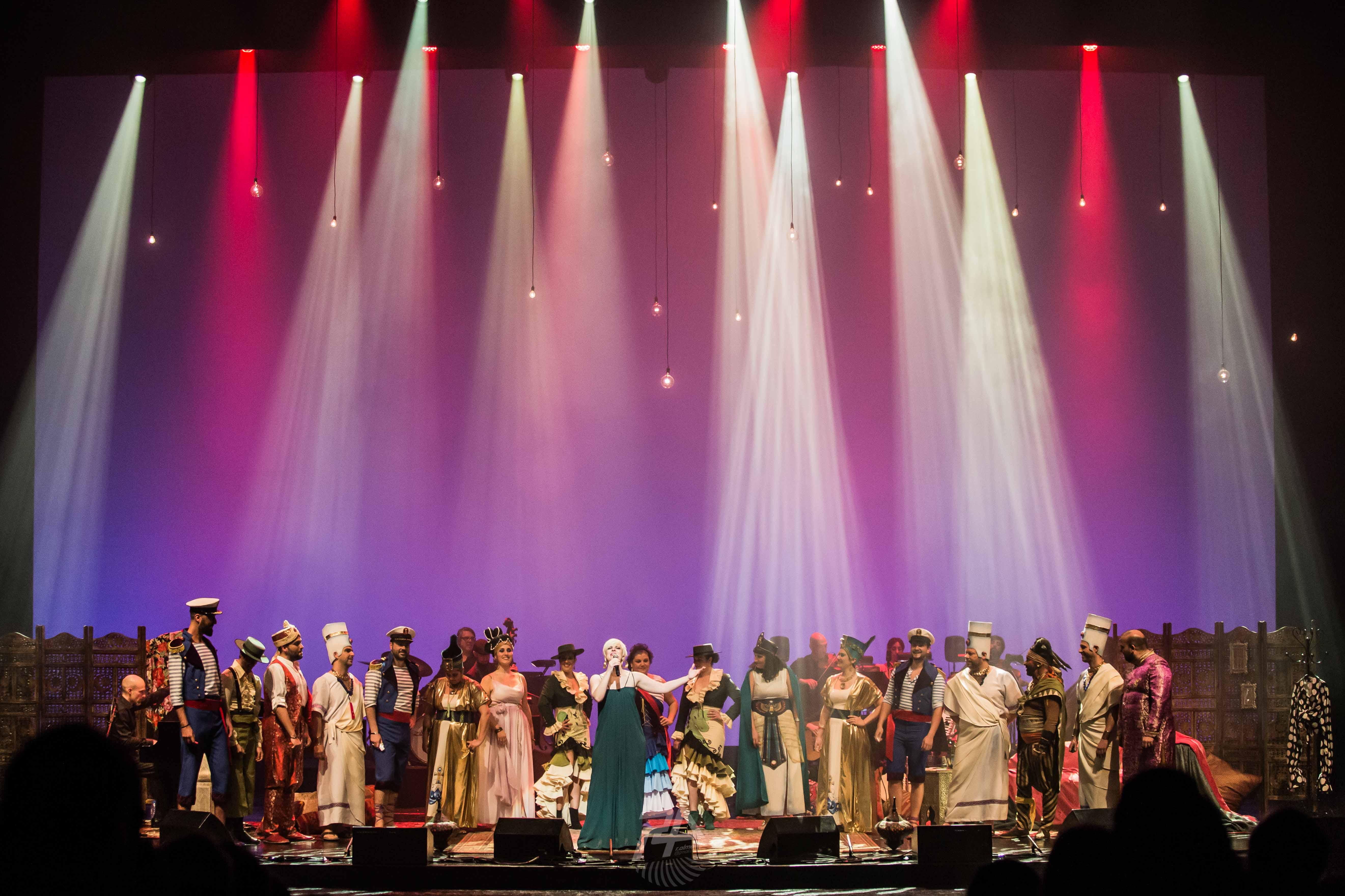 La cantante Pasión Vega se lleva de gira por Madrid y Sevilla al coro de Luis Rivero