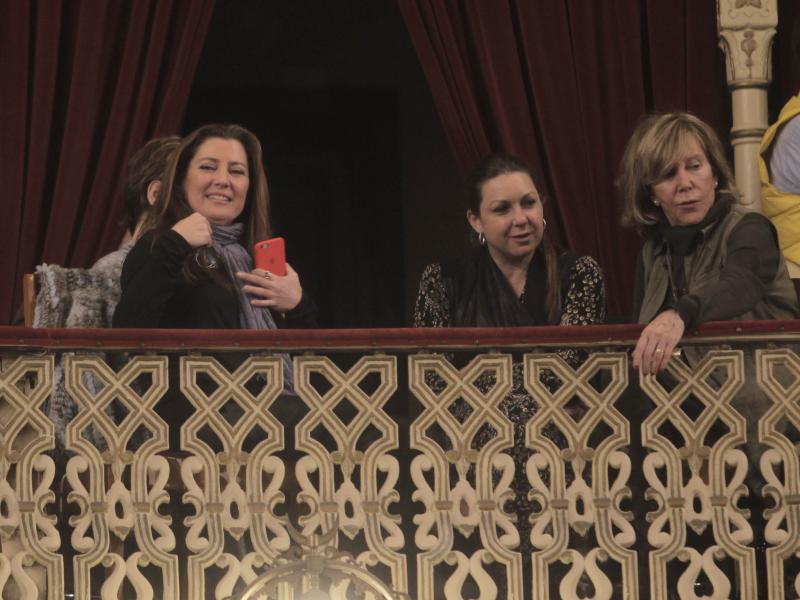 Sara Baras y Niña Pastori, espectadoras de lujo en el Falla