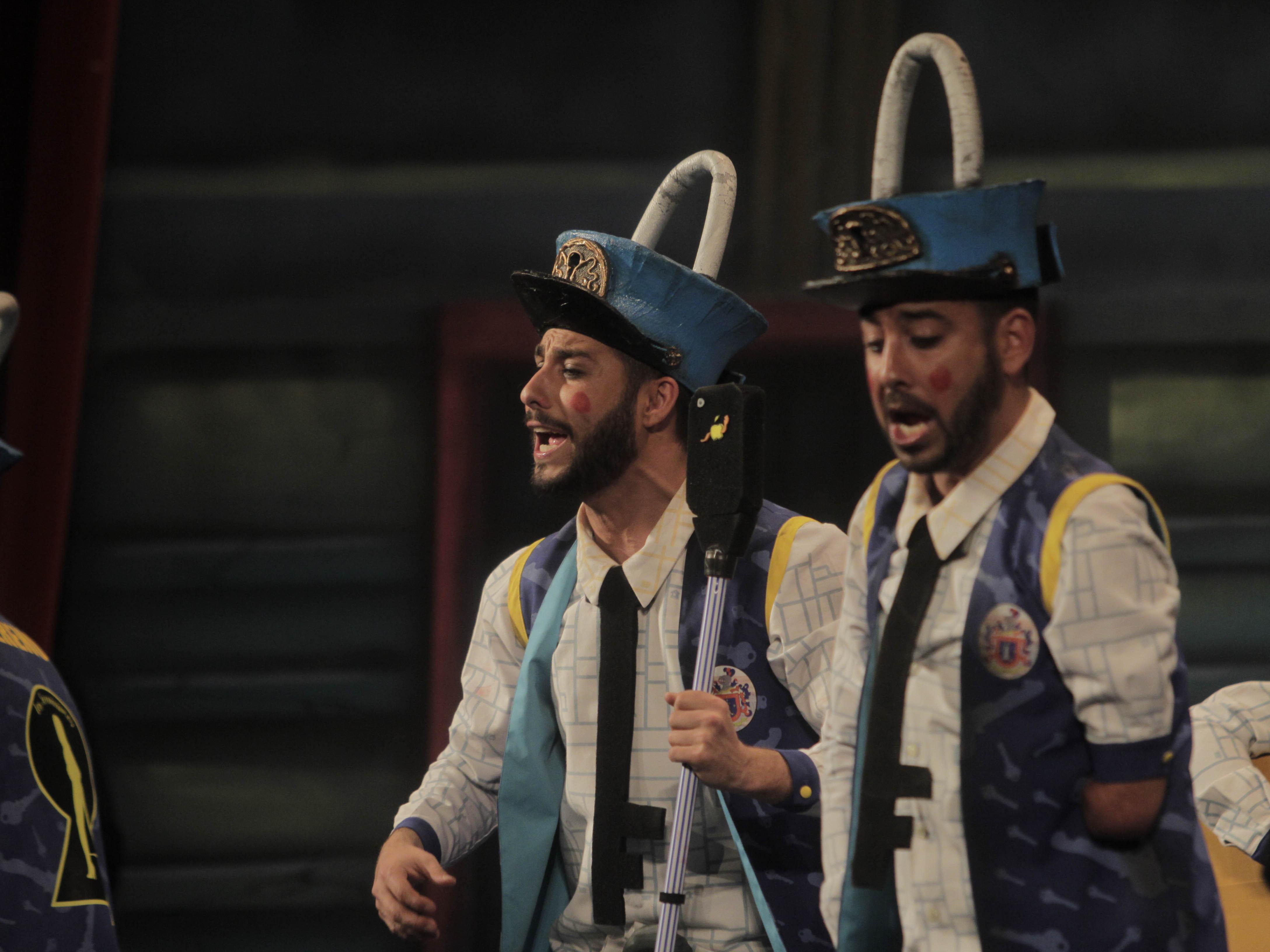 La chirigota de los Molina pone en pie al Gran Teatro Falla