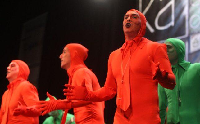 Actuación de la chirigota Ahora bajo... que me estoy cambiando. semáforos Carnaval de Cádiz 2018