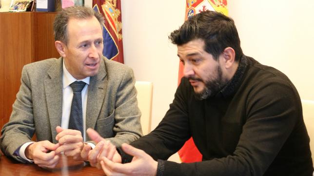 Kike Remolino y el alcalde de Chiclana José María Román