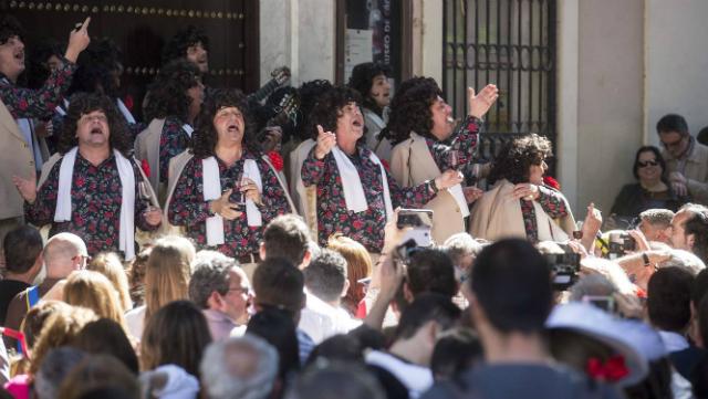 Los quemasangre cantando este domingo en la plaza de Mina.