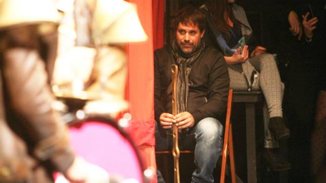 Tino Tovar, entre bambalinas, en la actuación de la comparsa Tic-tac en el COAC