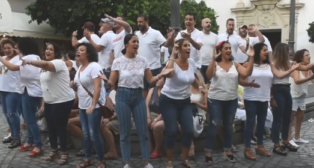 Flashmob del coro de Luis Rivero para anunciar su regreso al COAC 2020