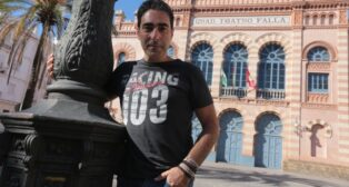 Antonio Martínez Ares, con el Falla al fondo